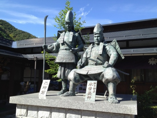 tomoe_standbeeld